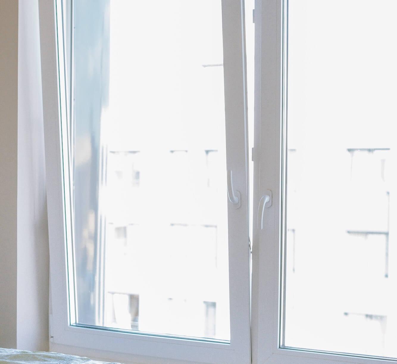 Foto ventilatie door open raam