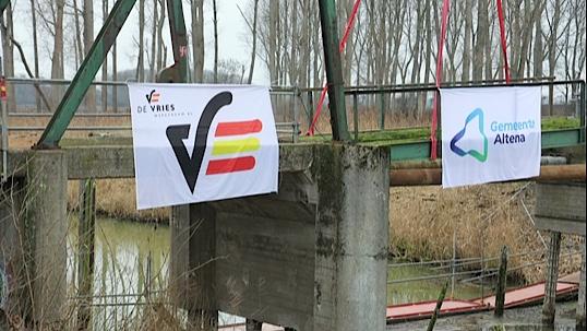 Banners van partijen op Jannezandse brug