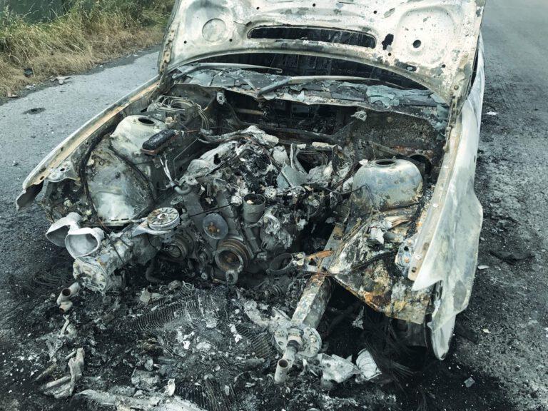Treurige aanblik van een uitgebrande auto. Een koud kunstje.