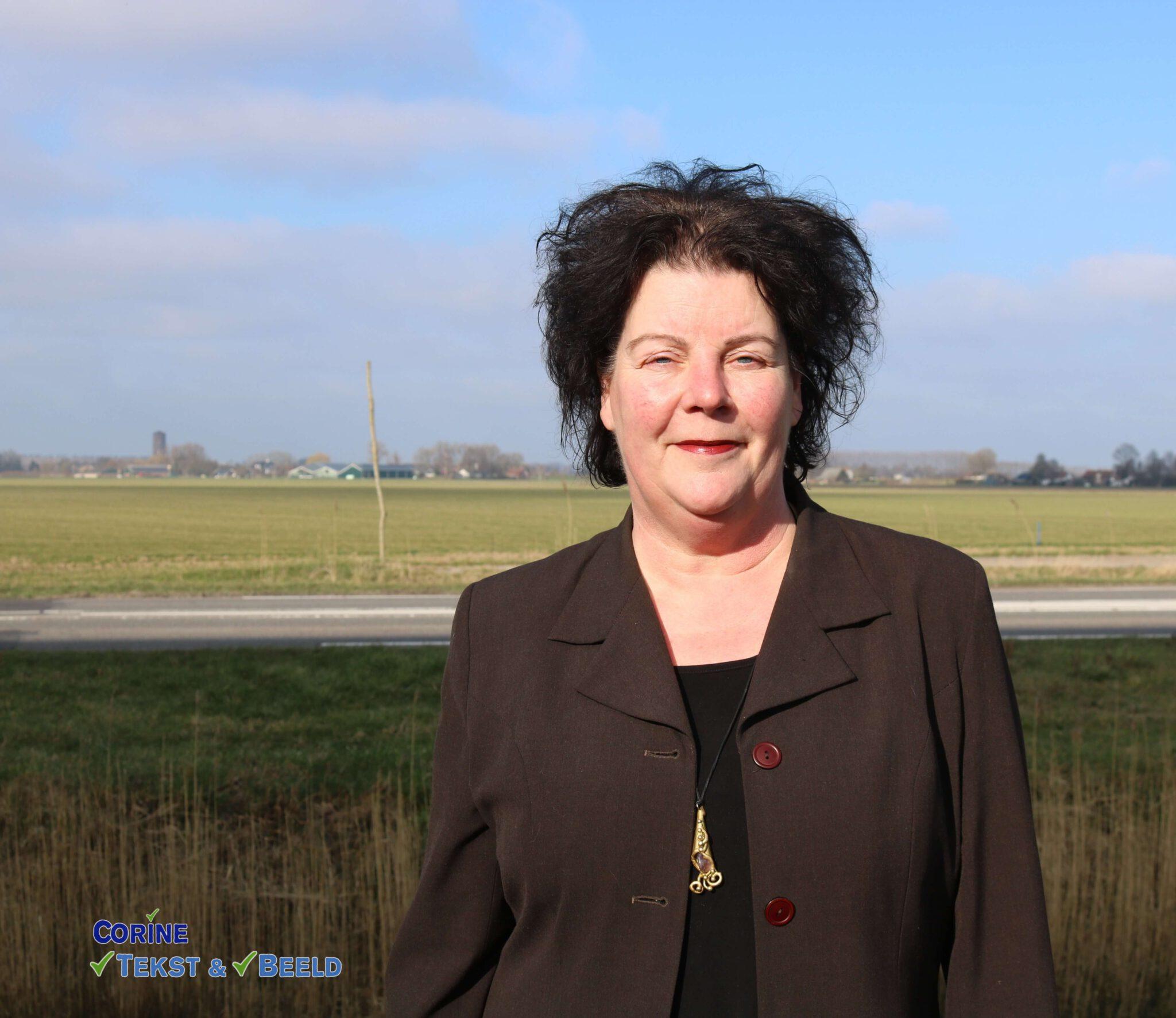 Toontje Sprengerpluim 2021: Portret Anne-Wil Maris met logo