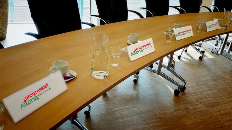 Foto lege stoelen met naambordjes raadsleden