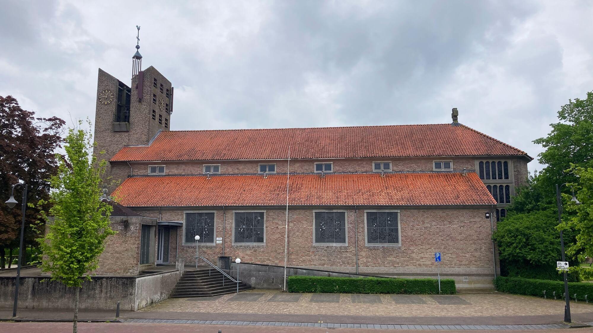 Foto zijaanzicht kerk Dussen