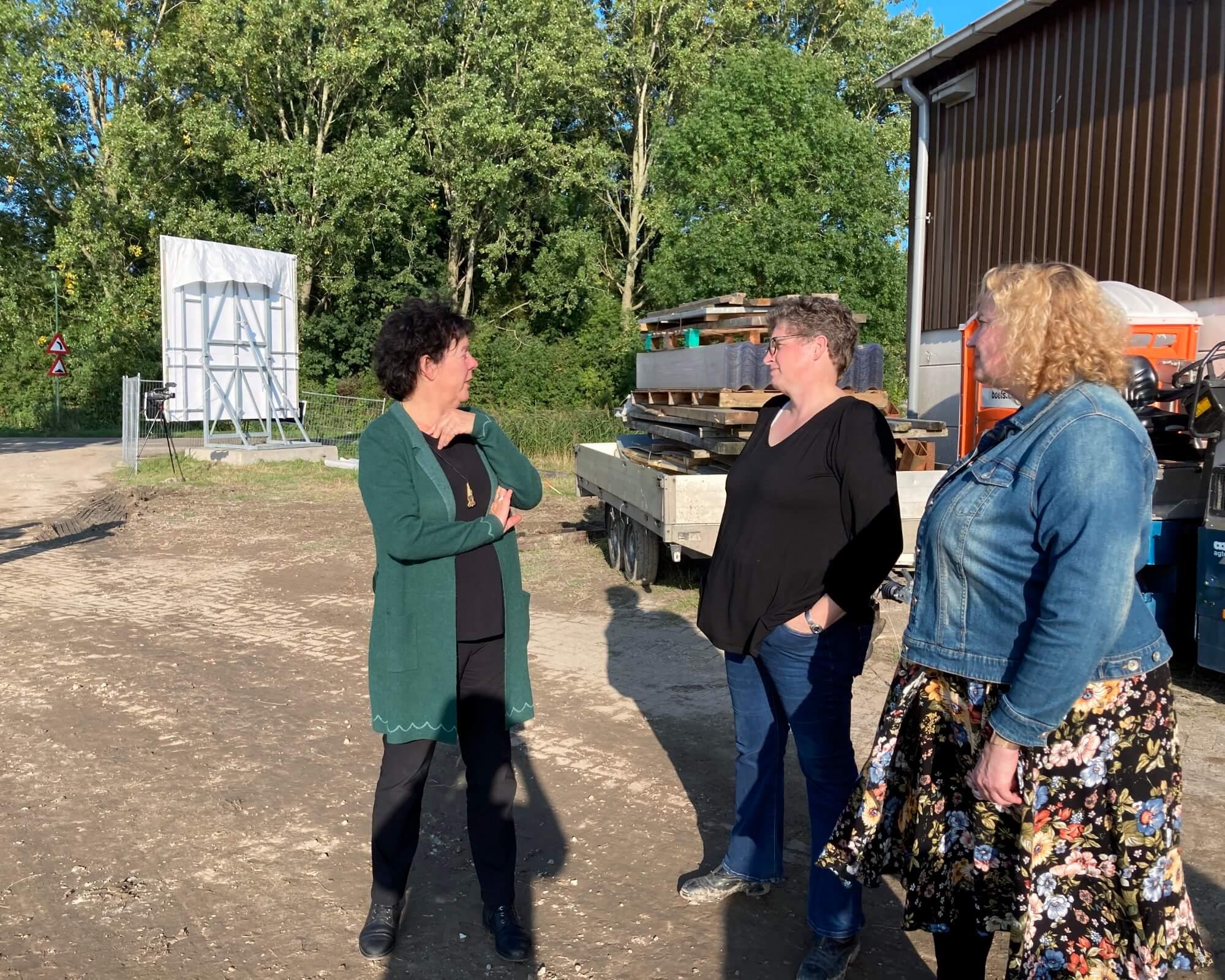 Anne Wil oa in gesprek met penningmeester Jolanda de Jong 8